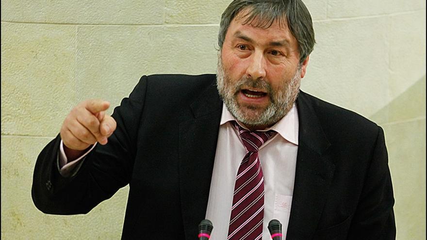 El alcalde de Valderredible, Fernando Fernández, en el Parlamento. | ARCHIVO