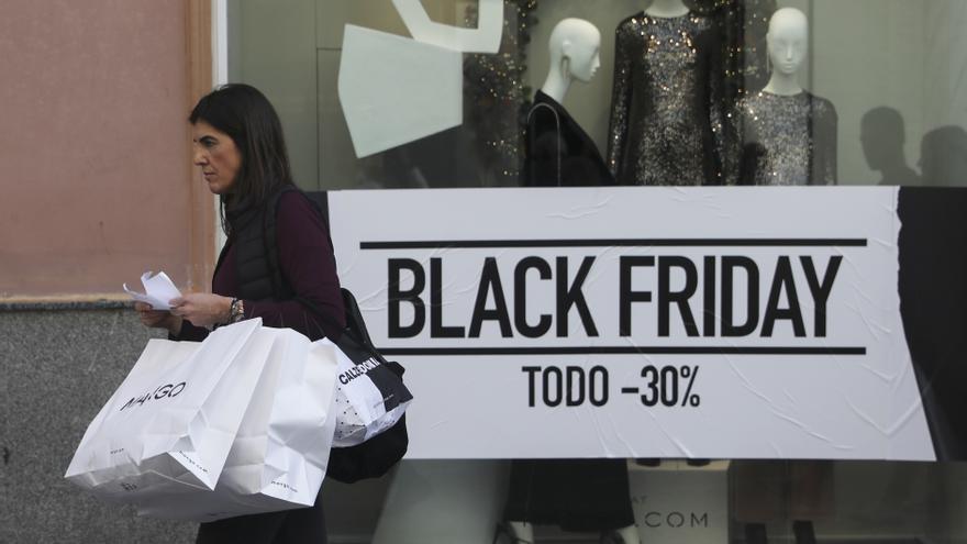 Ciudadanos acuden a comprar durante las rebajas del Black Friday en Sevilla, a 29 de noviembre de 2019.