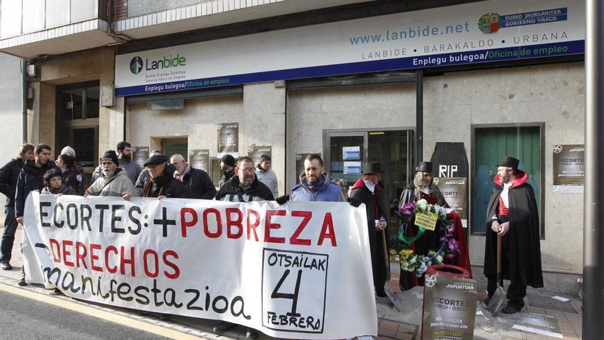Protesta por los recortes sociales ante una oficina de Lanbide.