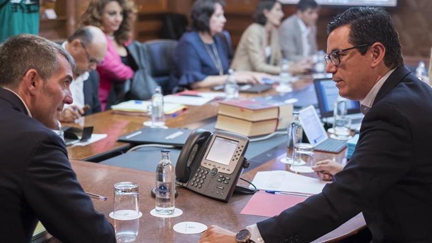 El presidente del Gobierno de Canarias, Fernando Clavijo (i), conversa hoy con el consejero de Obras Públicas, Pablo Rodríguez (d), durante la reunión semanal del Consejo de Gobierno.