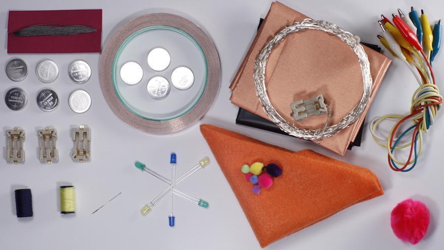 Con Blink Blink pueden integrarse circuitos en la ropa, tarjetas o colgantes