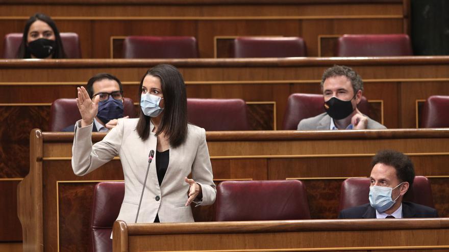 La presidenta de Ciudadanos, Inés Arrimadas, intervieniendo desde su escaño en el Congreso de los Diputados.