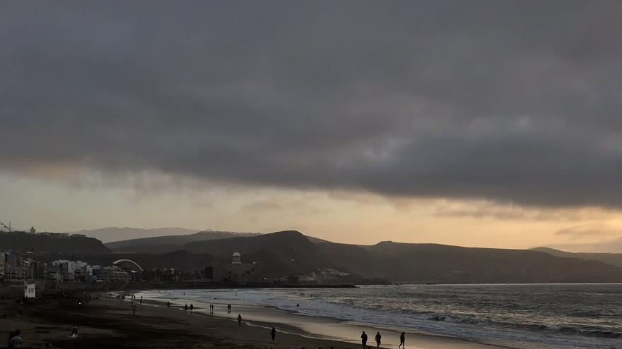 Nubes sobre la Playa de Las Canteras, en Las Palmas de Gran Canaria.