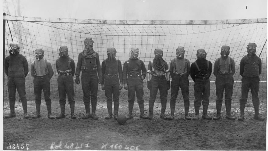 Soldados británicos jugaron un partido de fútbol con máscaras antigás en el norte de Francia en 1916 / Bibliothèque nationale de France