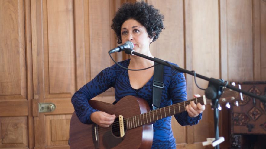 La artista cántabra Mehnai en concierto.   ROMÁN GARCÍA