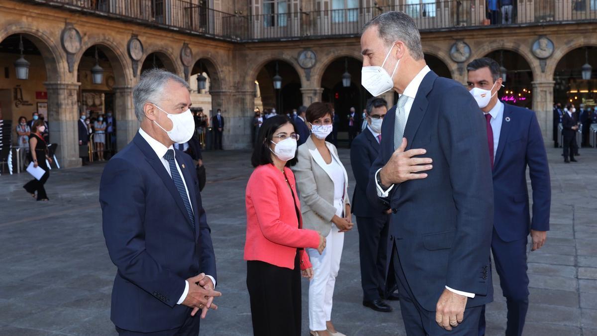 El rey saluda al lehendakari, Iñigo Urkullu, en la conferencia de presidentes de Salamanca