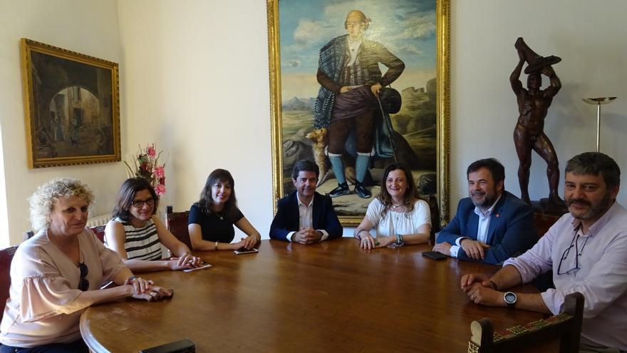 La subdelegada del Gobierno en Huesca, Isabel Blasco (tercera por la derecha), en una reunión en el Ayuntamiento de la capital oscense