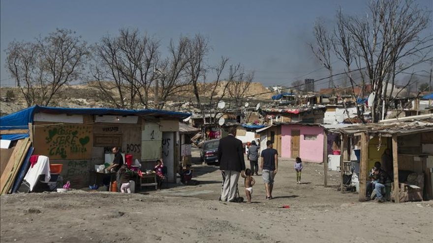 Una familia camina por la Cañada Real.