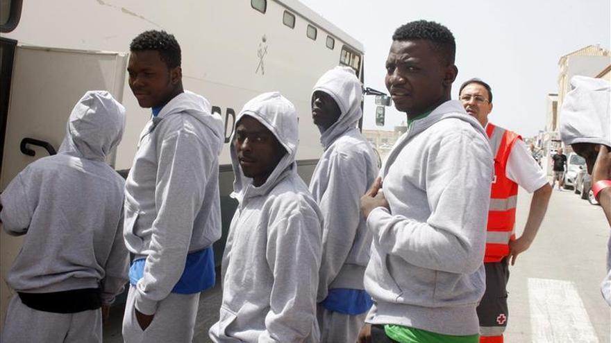 Rescatan a 29 inmigrantes en tres pateras en aguas del Estrecho