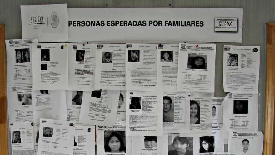 En las farolas hay carteles que denuncian la desaparición de mujeres, la mayoría de ellas menores de edad. Las fachadas de los edificios se encuentran derruidas, a medio construir o reconstruir/ Javier Molina.