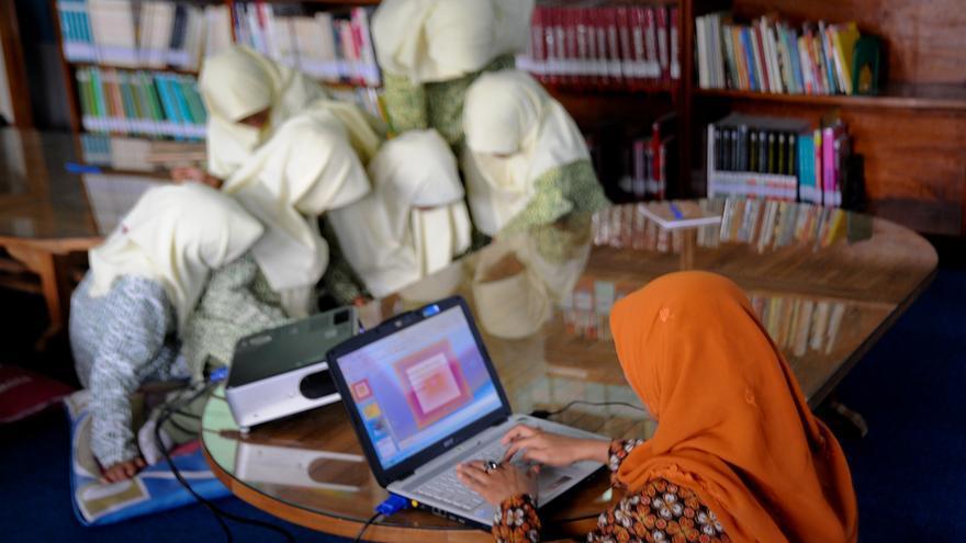 Una mujer indonesia utiliza un ordenador portátil. Purbo ha trabajado por la accesibilidad a internet de sus compatriotas (Imagen: Banco Asiático de Desarrollo)