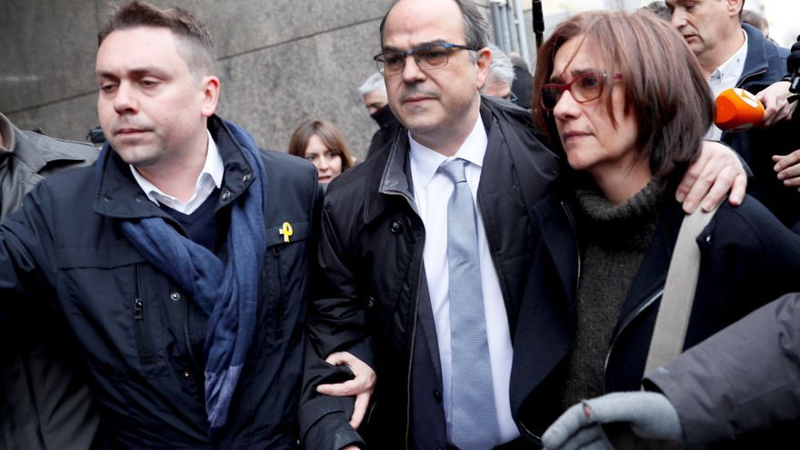El exconseller Jordi Turull (c), candidato a ser investido presidente de la Generalitat, a la salida hoy del Tribunal Supremo, en un receso para comer, a la espera de que el juez Pablo Llarena decida si decreta su ingreso en prisión provisional.