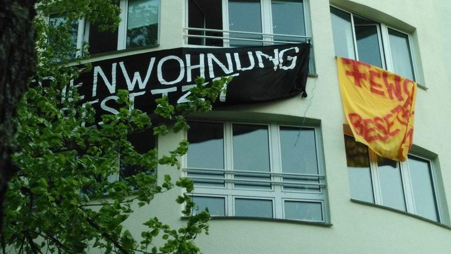 """Pancarta colocada en el piso ocupado en Berlín en protesta por la gentrificación: """"piso vacacional ocupado"""""""