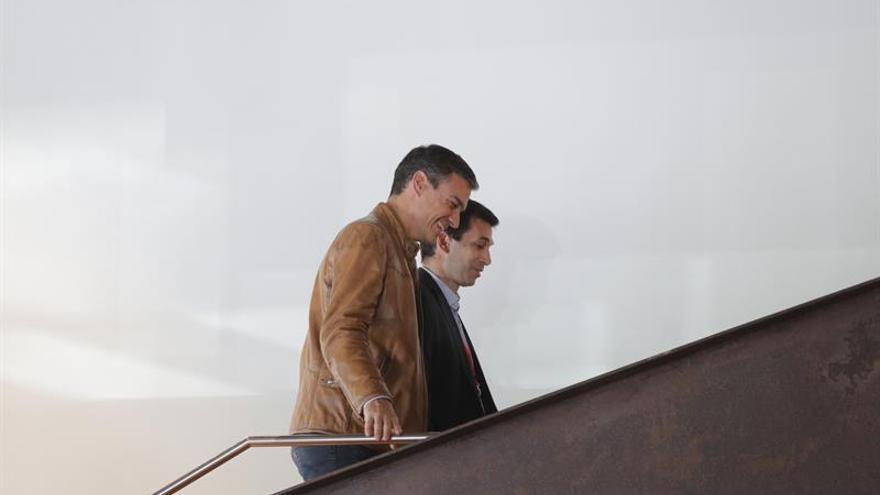 Caballero y Sánchez durante la proclamación del primero como nuevo secretario general del PSdeG