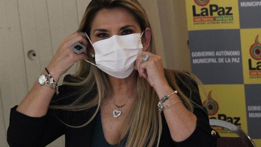 La presidenta interina de Bolivia, Jeanine Áñez, fue registrada este jueves, durante una rueda en el Real Plaza Hotel, donde se ha instalado un centro de aislamiento para contagiados por coronavirus, en La Paz (Bolivia).