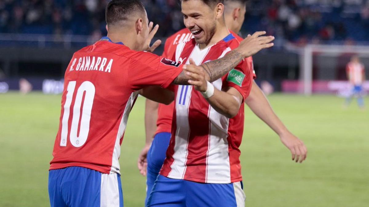 Gamarra festeja su gol con Oscar Romero.