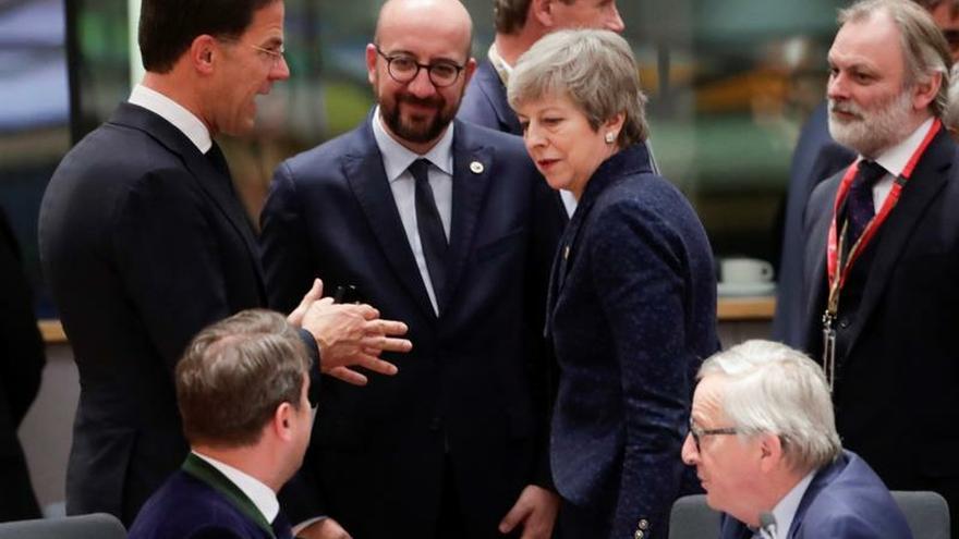La primera ministra británica, Theresa May (c-d), conversa con el primer ministro de Holanda, Mark Rutte (i), y con su homólogo bélgica, Charles Michel.