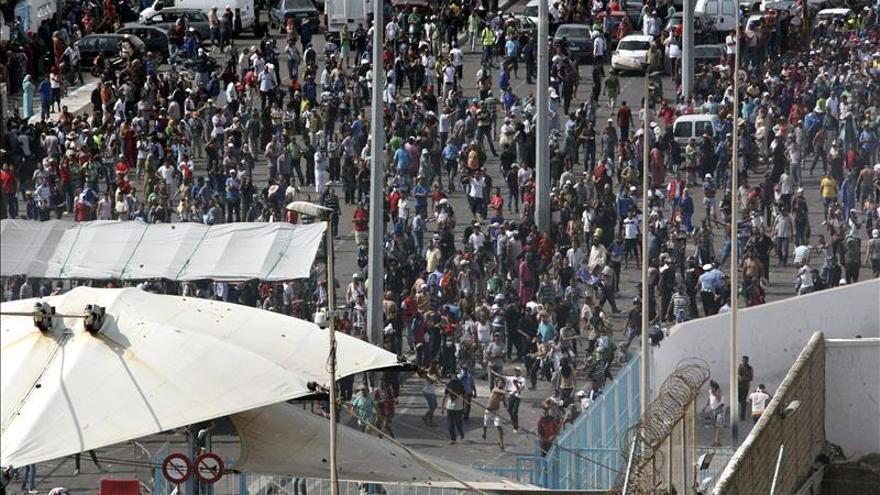 Cinco heridos, dos de ellos guardias, tras una aglomeración en la frontera de Ceuta
