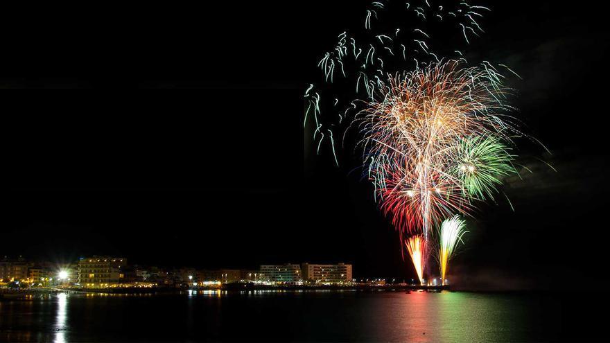 Fuegos artificiales durante la Nochevieja en El Médano