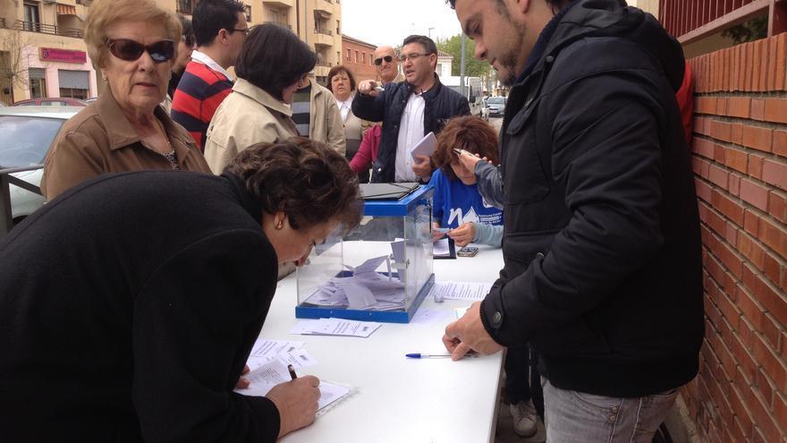Votaciones frente a un colegio alcazareño esta mañana / P.C.