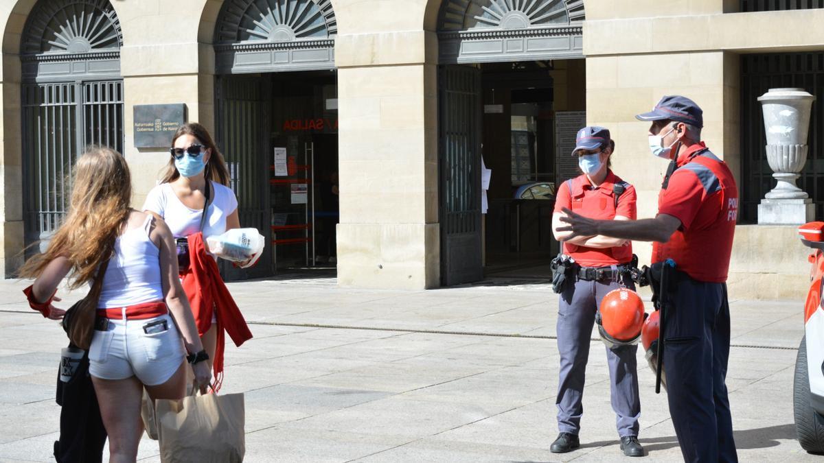 Dos jóvenes en las inmediaciones de la Plaza del Castillo de Pamplona durante los 'no Sanfermines' del 2020