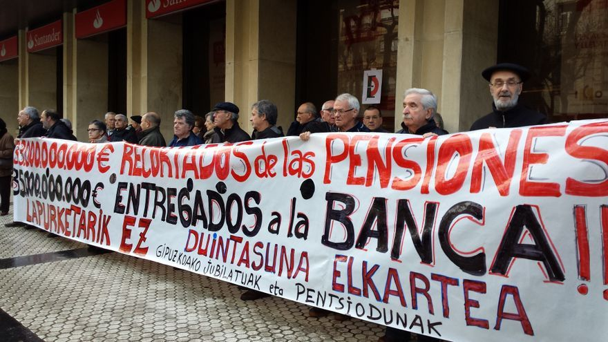 Los 'yayoflautas' se concentran en una calle donostiarra./eldiarionorte.es