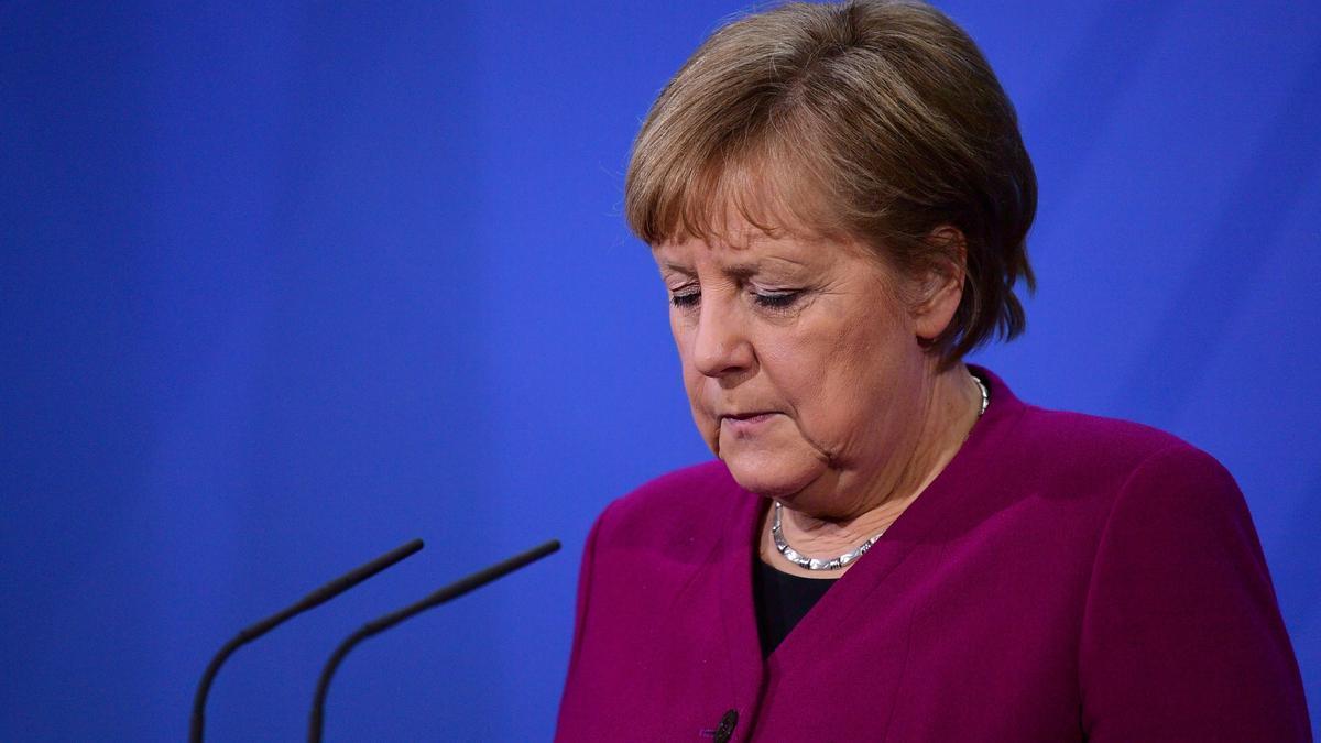La canciller alemana Angela Merkel habla con los medios de comunicación en la Cancillería de Berlín, Alemania, 25 de marzo de 2021 para informar a los medios de comunicación tras una reunión virtual del Consejo Europeo.