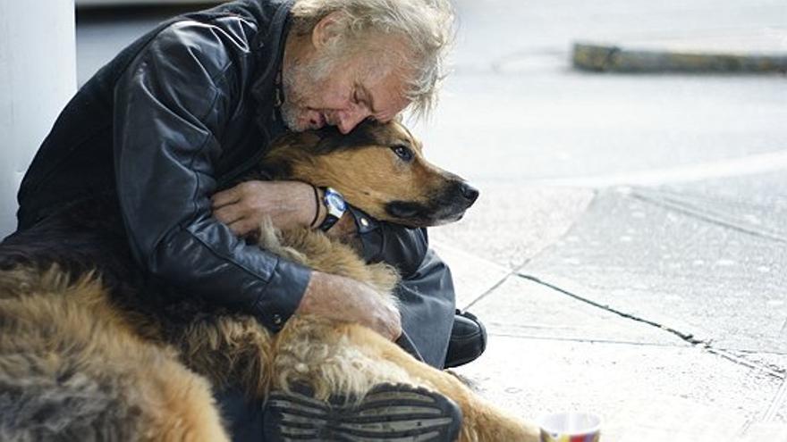 Un hombre sin hogar que comparte su vida en la calle con un perro. Foto: Dan Lee para Petsofthehomeless