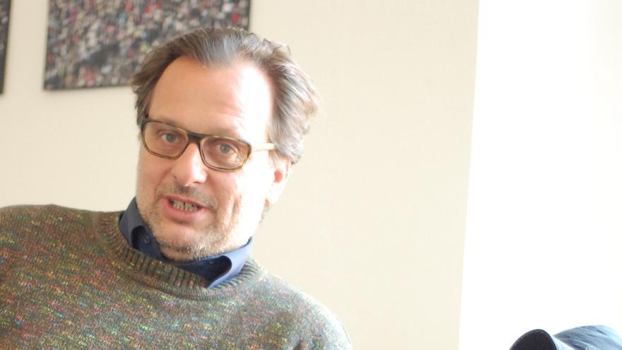 """El co-fundador de MiCT Klaas Glenewinkel junto a Majid Al-Bunni y el """"aparato"""""""