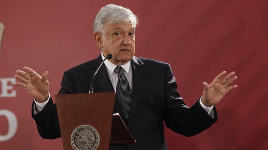 López Obrador firma decreto para crear comisión de verdad sobre Ayotzinapa