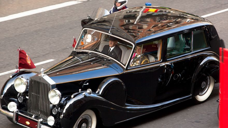 El Rolls Royce a su paso por la Gran Vía camino del Congreso. / Antonio Rull