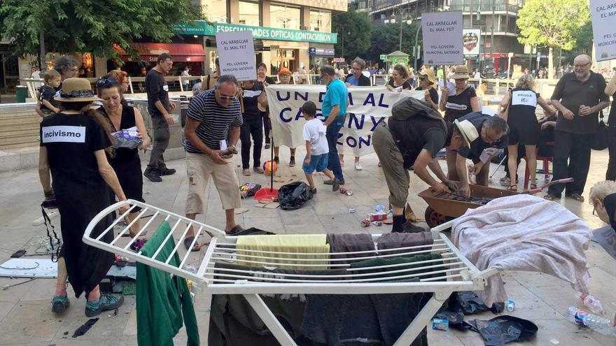 Vecinos del Cabanyal han protagonizado una 'performance' en la calle Colón de Valencia