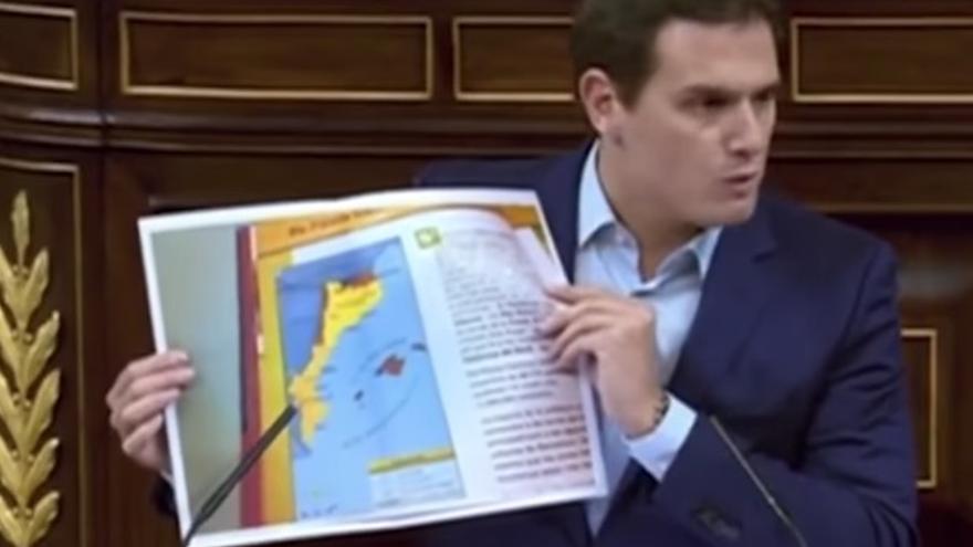 Albert Rivera muestra una imagen de una enciclopedia infantil de TV3 en el Congreso