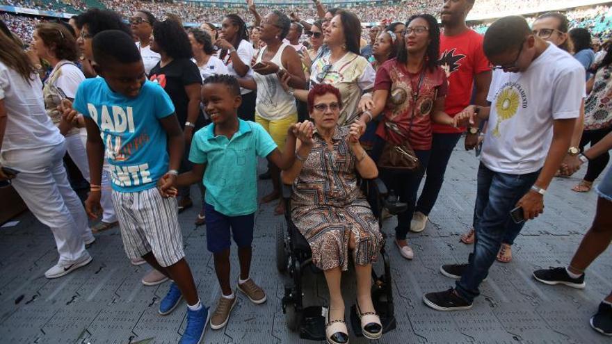 Más de 50.000 fieles rinden homenaje en Brasil a su primera santa