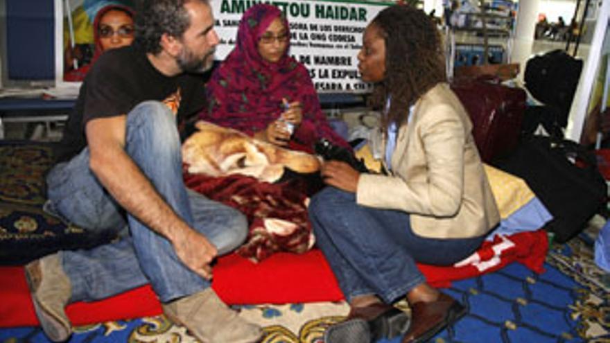 Una representante del Centro Robert F. Kennedy charla con Aminatou y el actor Guillermo Toledo, este viernes en Guacimeta. (ACFI PRESS)