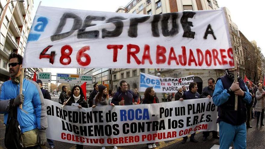 Protesta de trabajadores contra el ERE de Roca. EFE