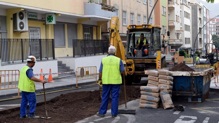 Labores para arreglar el asfaltado, en el centro de la capital tinerfeña