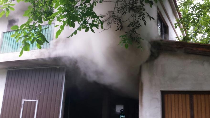 Extinguido un fuego en una vivienda deshabitada en Saro