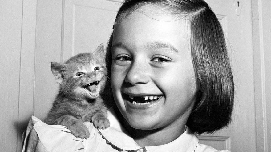 'Paula y el gatito', una de las fotos más reconocidas de Walter Chandoha que tiene como protagonista a su hija y su mascota.1955.