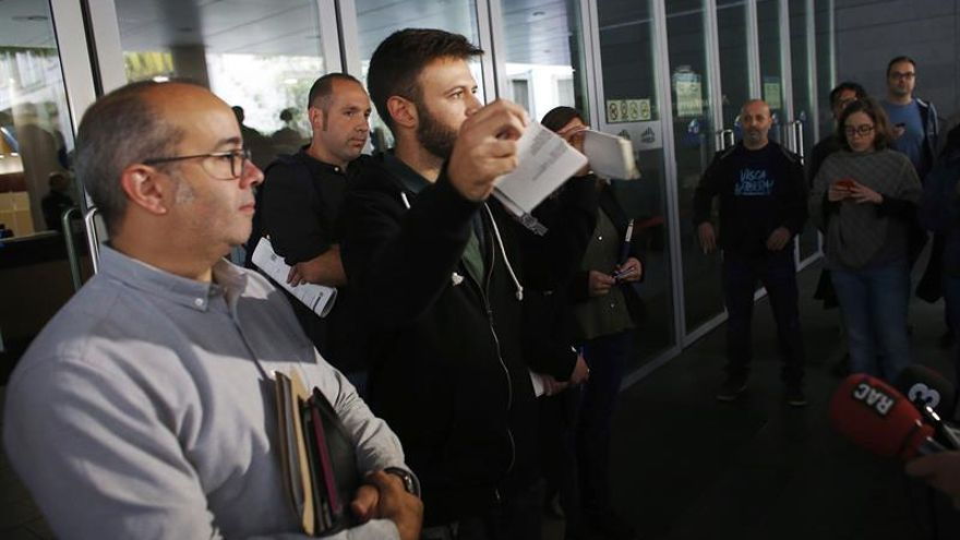 Momento en el que los tenientes de alcaldía abren las puertas del consistorio de Badalona