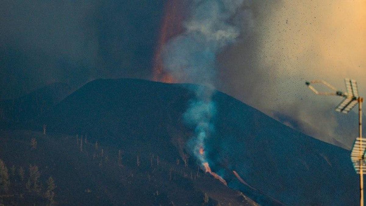 Apertura de una boca eruptiva este viernes. / FOTO: José Bringas