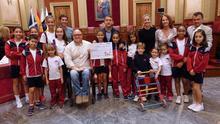 Foto de familia tras el acto celebrado este lunes con los escolares en el salón de plenos