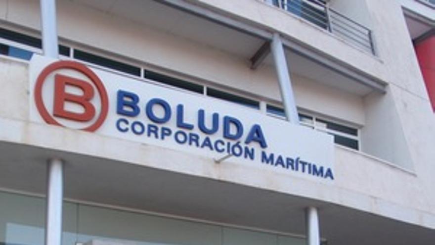 Violeta con la foto de su difunto marido delante de las oficinas del Grupo Boluda en Las Palmas de Gran Canaria. (ANOUR A. MARRERO)