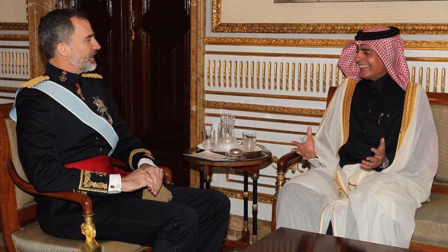 El rey conversa con el embajador catarí en España tras la protocolaria entrega de credenciales, el pasado mes de marzo.