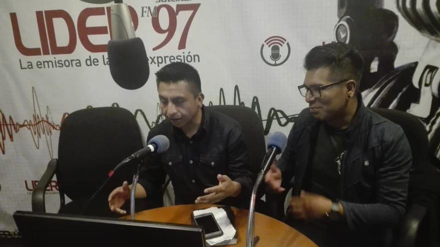 Edgar Soliz (i) y Roberto Condori (d) durante la emisión del programa Nación Marica.