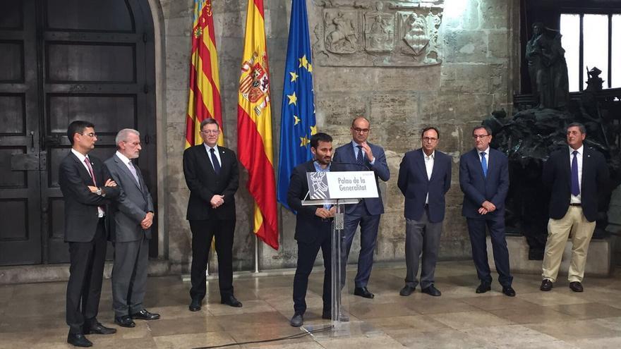 El conseller de Educación, Vicent Marzà y el president de la Generalitat, Ximo Puig, junto a los rectores de las universidades públicas
