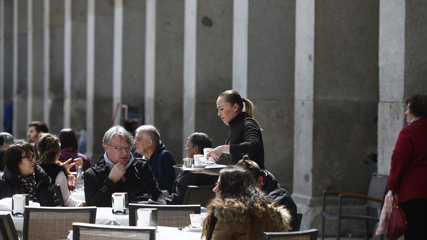 Imagen de archivo de una trabajadora en una terraza.