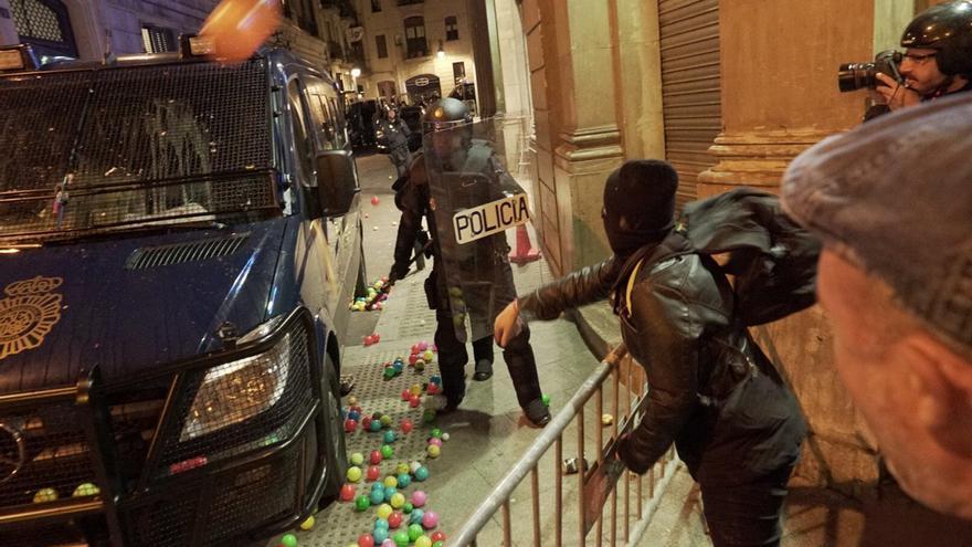 Un asistente a la convocatoria de los CDR frente a la Jefatura de la Policía Nacional lanza varios objetos / Sònia Calvó