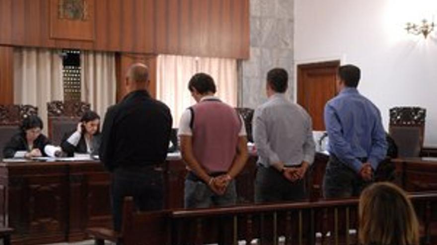 Los cuatro policías locales de Arrecife, durante el juicio. (ACFI PRESS)