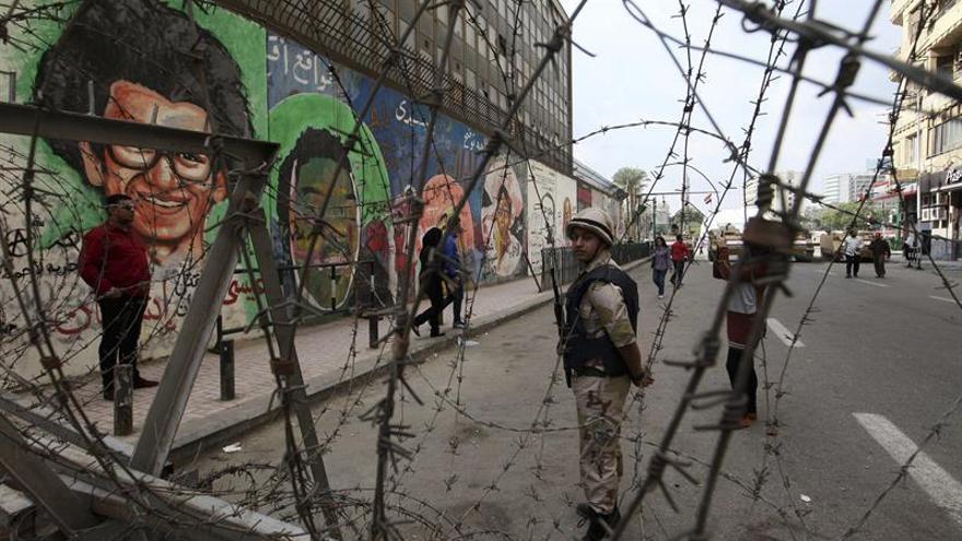 Un soldado hace guardia frente a un muro cubierto de pintadas en la calle Mohamed Mahmud en El Cairo.